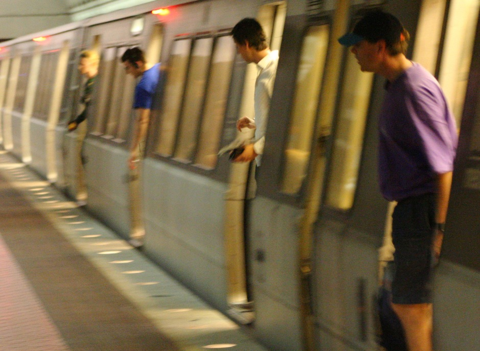 Passengers_leaving_Metro_train