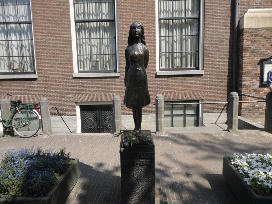 Anne-Frank-Statue-Amsterdam